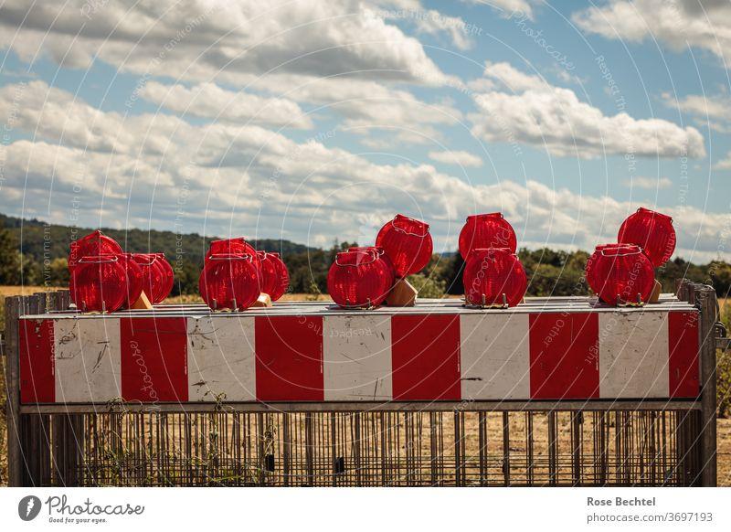 Rotweiße Absperrgitter Gitter Absperrung Sicherheit Schutz Barriere Baustelle Zaun Straßenbau Außenaufnahme rot Bauzaun Verbote Menschenleer