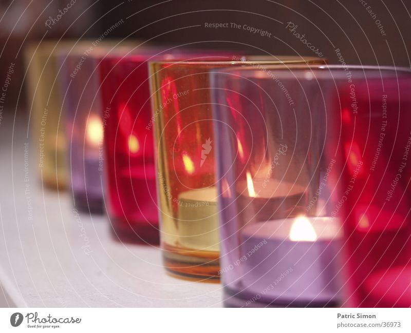 Kerzengläser in Reihe Glas Haushalt Romantik violett rot gemütlich Kerzenschein Häusliches Leben Abend