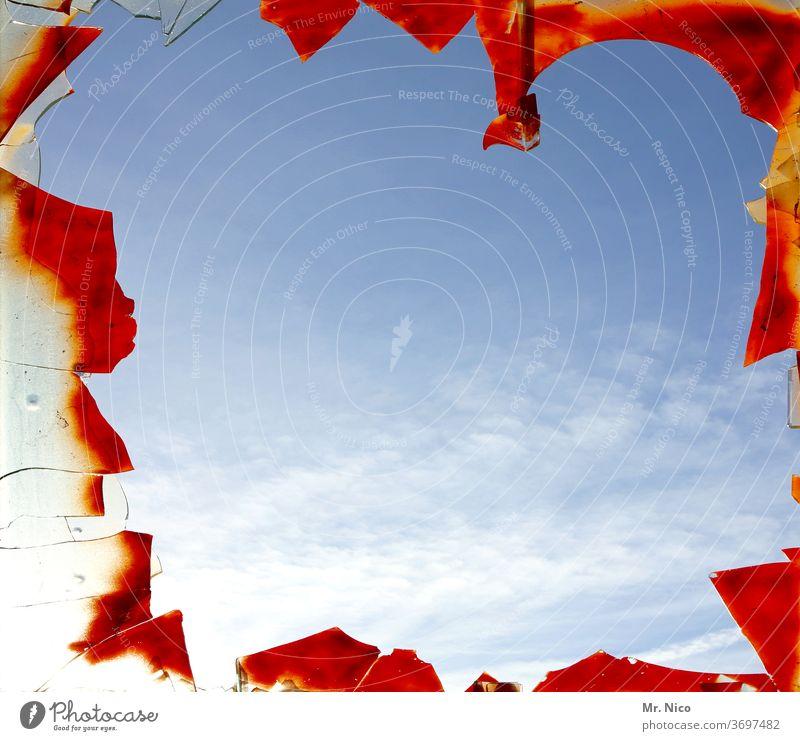 Blick durch eine kaputte Fensterscheibe in den Himmel Glas Glasscheibe Scherben Zerstörung gebrochen verfallen Wolken Schönes Wetter rot Scharfer Gegenstand