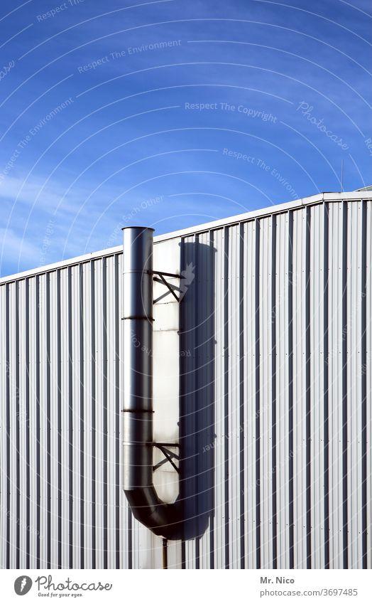 Lüftungsrohr an einer Lagerhalle Gebäude Industrie Industrieanlage Fassade Himmel Fassadenverkleidung Architektur Wellblech Industriefotografie Halle