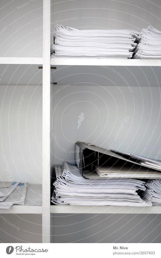 Papiere und Ordner liegen in einem Büroschrank Regal weiß Arbeitsplatz Aktenordner sortieren Buchführung Arbeit & Erwerbstätigkeit Akten ablegen Schrank Daten