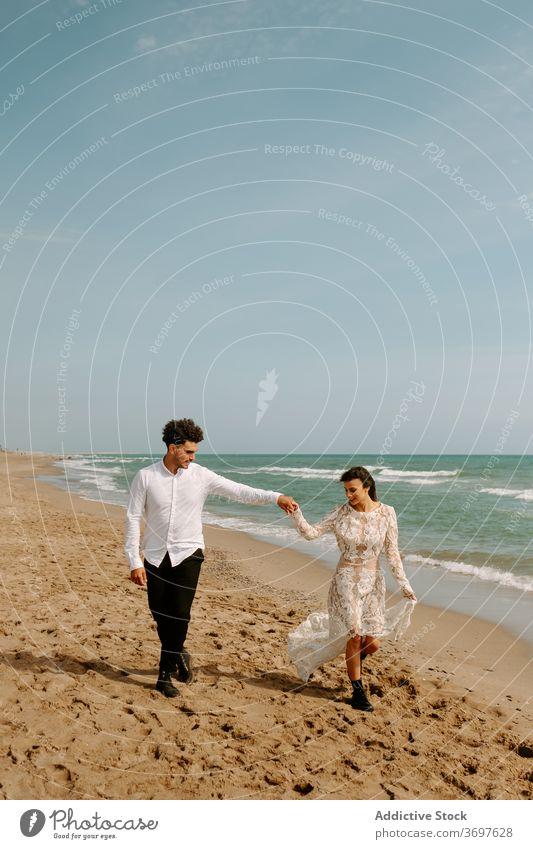 Neu verheiratetes Paar zu Fuß auf Sandstrand romantisch Jungvermählter Strand MEER Spaziergang Zusammensein Partnerschaft Liebe Bonden Natur sanft Seeküste