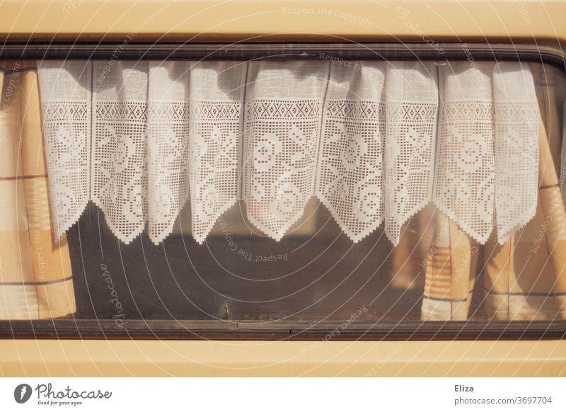 Wohnwagenromantik. Fenster eines Wohnwagens mit Gardinen aus Spitze. altbacken retro Stimmungsvoll beschlagen trüb Vorhang Häusliches Leben Stoff weiß