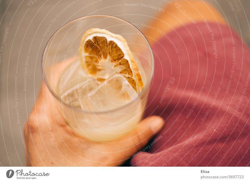 Frisches eisgekühltes Getränk in einer Hand Drink Eiswürfel Alkohol Cocktail Glas Bar Limonade kalt frisch Sommer Erfrischungsgetränk lecker hand halten rosa
