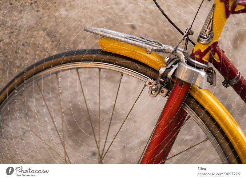 Detail eines rot goldenen vintage Rennrades Ausschnitt Rad Fahrrad retro Rot schön Hipster Verkehrsmittel