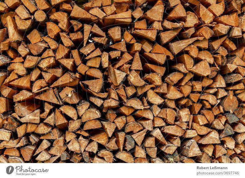 viele Stämme werden gestapelt und können als Brennholz verwendet werden abstrakt Herbst Hintergrund braun Brandwunde hacken Nahaufnahme co2 Textfreiraum