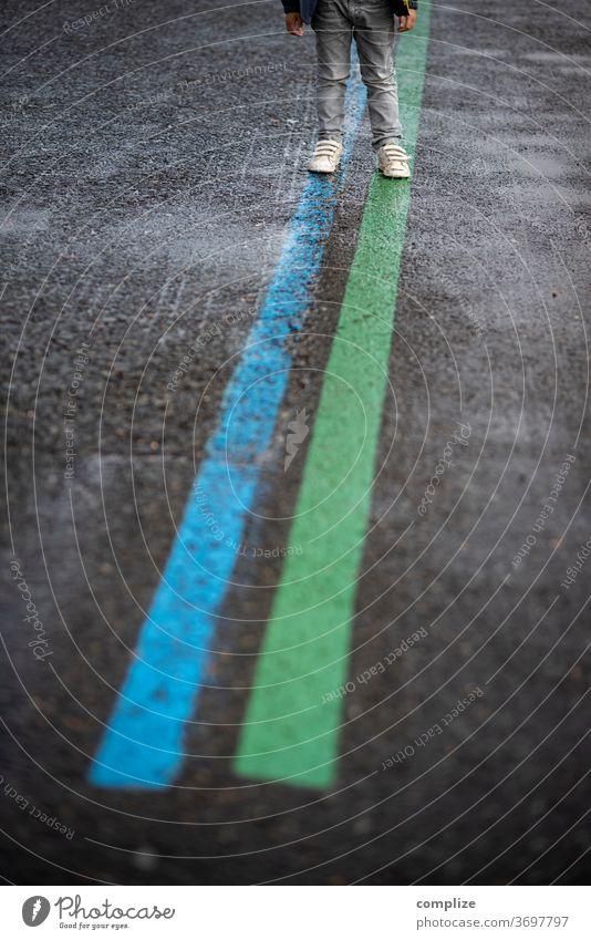 Blue & Green Lines Linie Linien Fahrbahnmarkierung Markierung Asphalt Straße Verkehr kind Kinder Anfahrt Fahrt Richtung richtungsweisend Richtungspfeil