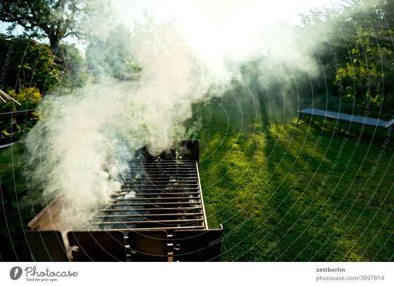 Grill mit Rauch brennen erholung ferien feuer garten gras grill grillen himmel kleingarten kleingartenkolonie menschenleer natur rasen rauch ruhe schrebergarten