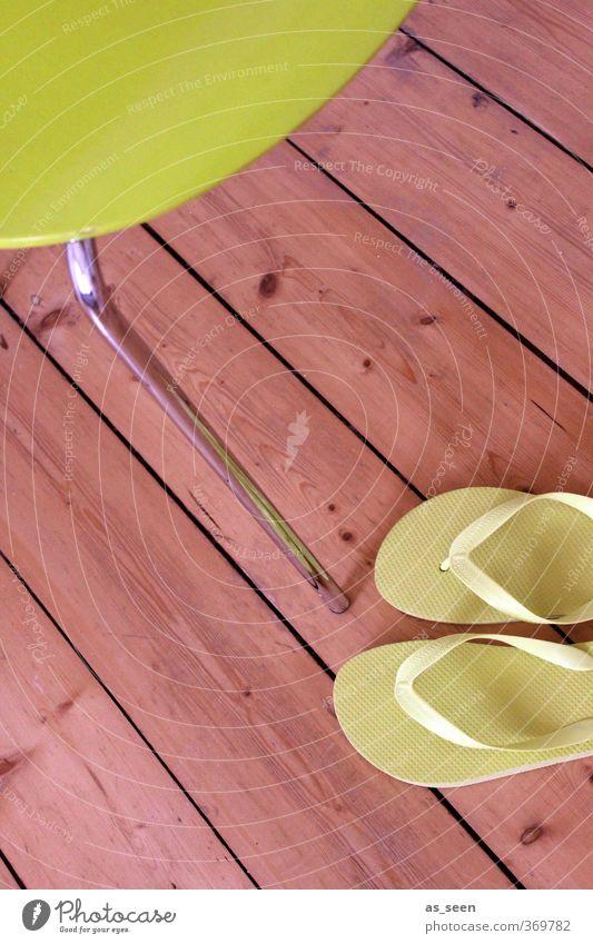 Sommer Lifestyle Wellness Erholung ruhig Kur Sauna Schwimmen & Baden Ferien & Urlaub & Reisen Stuhl Schwimmbad Wärme Mode Schuhe Flipflops Holz Metall