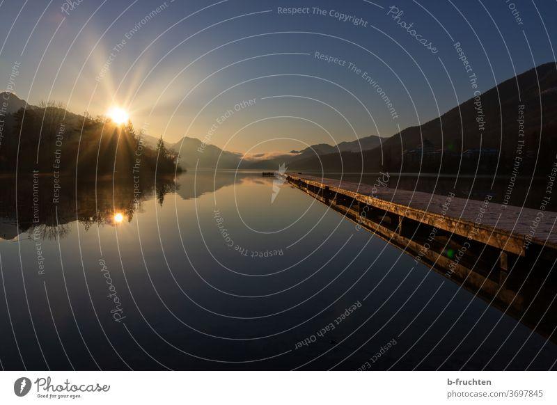 Morgendämmerung am See, großer langer Holzsteg Gebirgssee Sonnenlicht Berge u. Gebirge Natur Landschaft Alpen Farbfoto Menschenleer Wasser Himmel blau