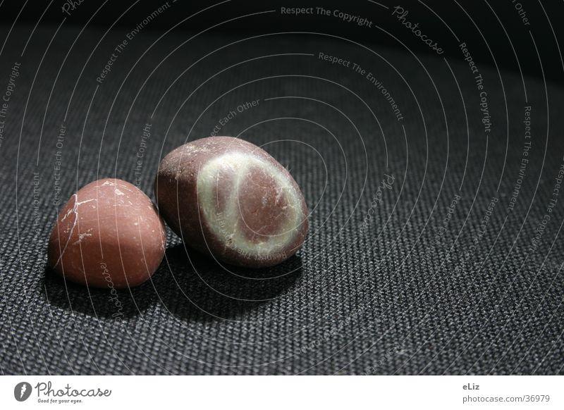 Steine in der Nacht rot Makroaufnahme Nahaufnahme Schwarzer Sessel Kreis Schatten