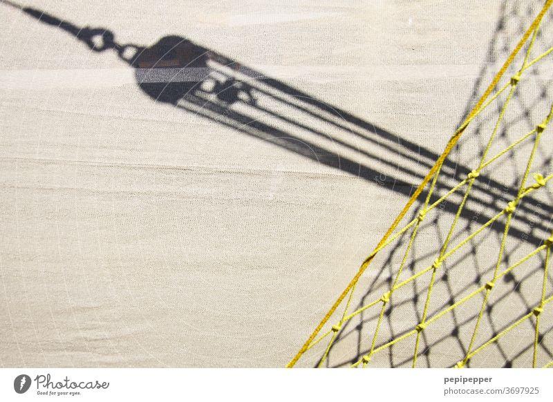 Segel mit Blockseilrolle und Netz Segeln Wasserfahrzeug Meer Schifffahrt Ferien & Urlaub & Reisen Segelboot Segelschiff Jacht Wassersport Bootsfahrt Farbfoto