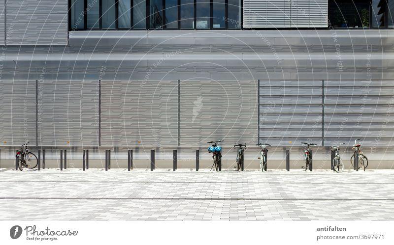 Abfahrbereit Fahrradfahren Fahrradständer stehen Hauswand Architektur parken Verkehrsmittel Menschenleer Außenaufnahme Farbfoto Tag Stadt Straße Wege & Pfade
