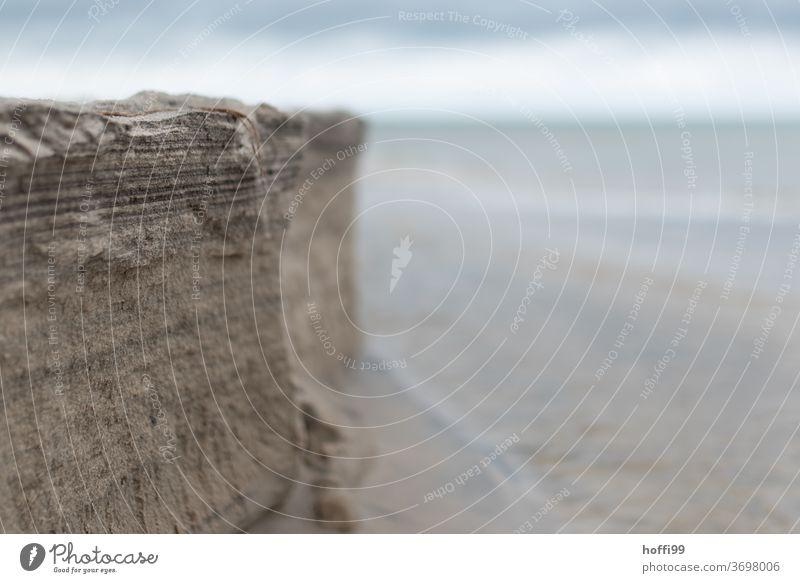die Abrisskante am Strand erhebt sich zur Steilküstenlandschaft Küstenlinie ebbe und flut Ebbe Flut abstrakt Sand Meer Wasser Gezeiten Nordsee Natur Ferne Insel