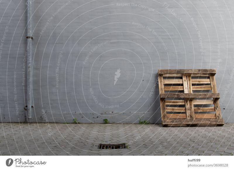 Palette und Fallrohr im Hinterhof - Ort der Stille im urbanen Wirrwarr Pallette Abfluss Gulli Innenhof Brandmauer gullideckel hinterhofidyll Hinterhöfe