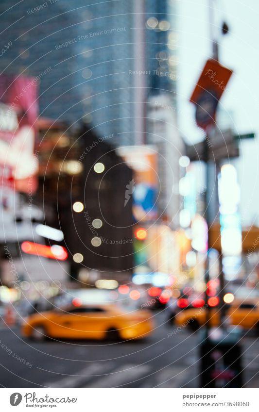 New York gelbe Taxis New York City New York State USA Manhattan Stadt Hochhaus Skyline Stadtleben Amerika Sommer Straßenverkehr Straßenbeleuchtung