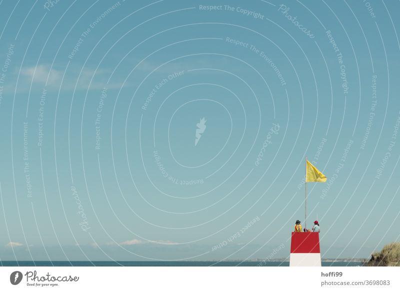 Rettungsturm mit Rettern am Meer Rettungsschwimmer Strandposten Sicherheit Turm Sand Küste Ostsee Nordsee Küstenstreifen baden Baden gehen minimalistisch