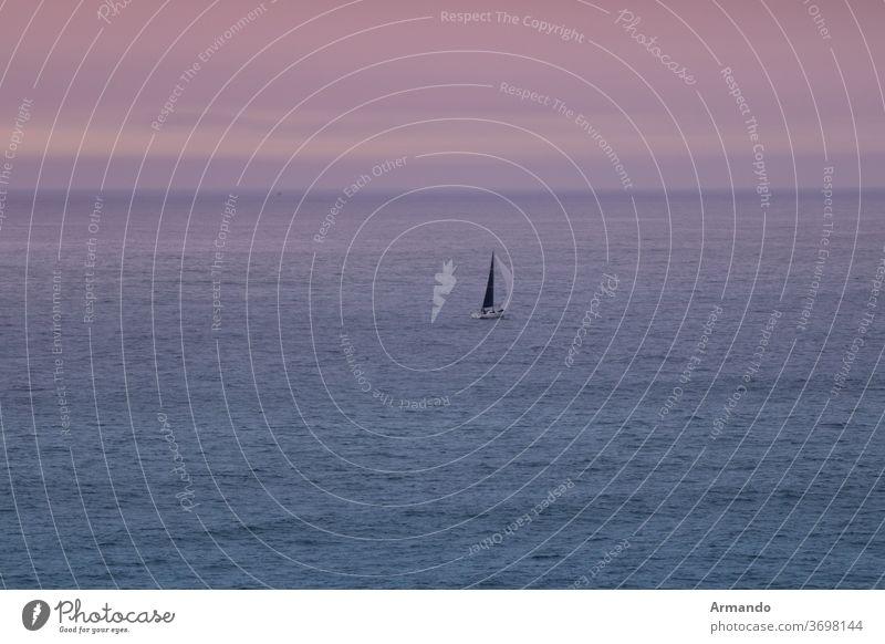 Segelboot fuhr nur bei Sonnenuntergang über den Atlantik im Freien Himmel Hintergrund orange schön Sonnenlicht Licht purpur Natur Strahl Klima Windstille