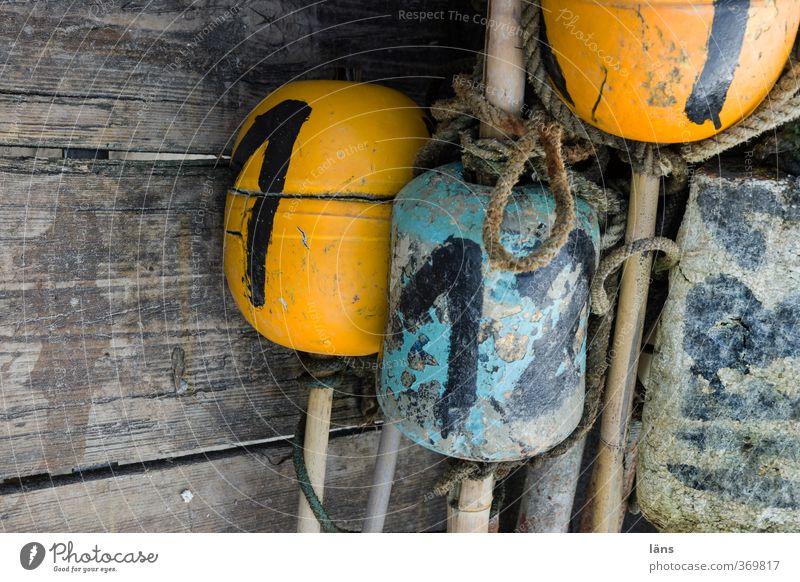 Zeichen setzen Seil Holz Ziffern & Zahlen alt blau gelb Fischer Stab Schilder & Markierungen Farbfoto Außenaufnahme Textfreiraum links