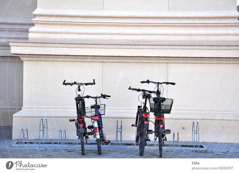 Klassische Moderne Fahrrad Säule Kassik klassizistisch Fahrradständer Fahrräder Abstellplatz Parkplatz Fahrradkörbe parken Menschenleer Außenaufnahme Verkehr