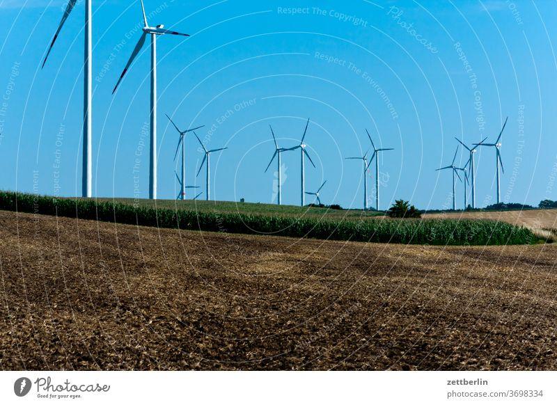Windkraft acker energie erneuerbare wenergie feld himmel kraftwerk landwirtschaft menschenleer rotor sommer stro stromerzeugung textfreiraum weite windmühle