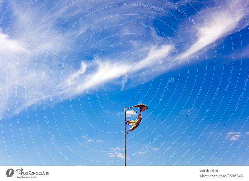 Zerfetzte Fahne altocumulus fahne fahnenmast fetzen froschperspektive himmel hintergrund klima klimawandel menschenleer meteorologie romantik romantisch sommer