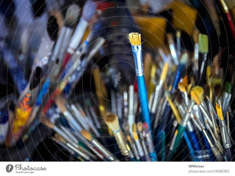 Oft benutzte Pinsel im Atelier einer Malerin viele alt Farbe Farbreste bunt Becher Künstler Kunst malen Bilder gebraucht struppig Auswahl Vielfalt Gemälde