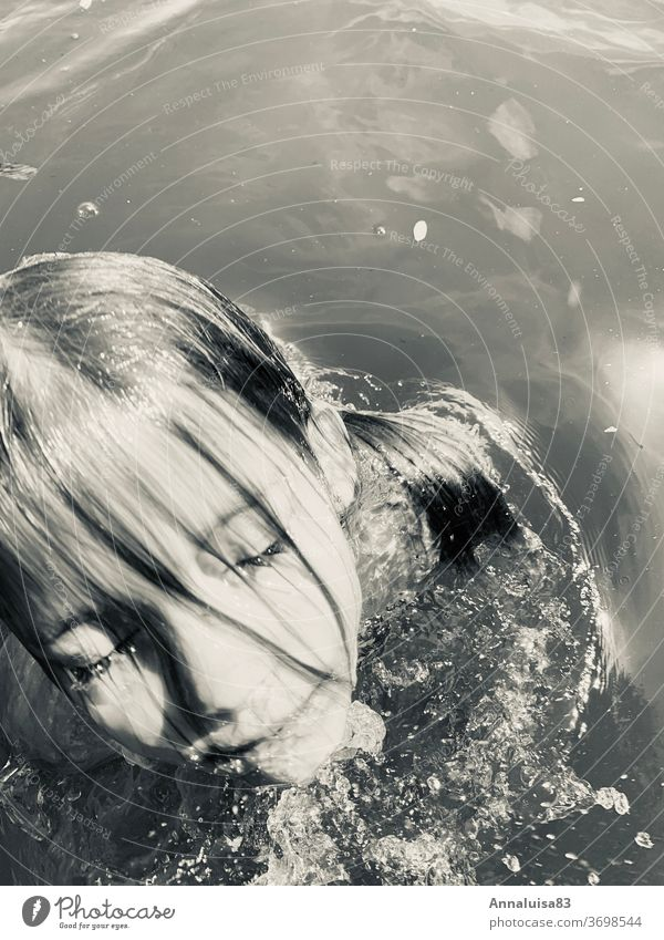 Die kleine Nixe baden See Baggersee Mädchen Strand Freibad Sommer Sonne Wasser tauchen spass Urlaub Badesee warm