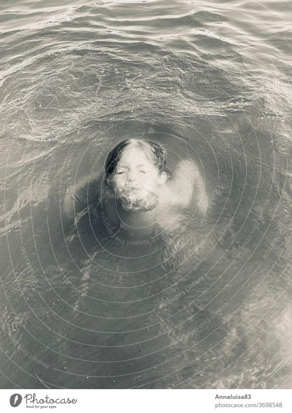 Die kleine Nixe III. Meerjungfrau tauchen baden See Badesee Sommer Sommertag nass abtauchen Sonne warm Schwarzweißfoto