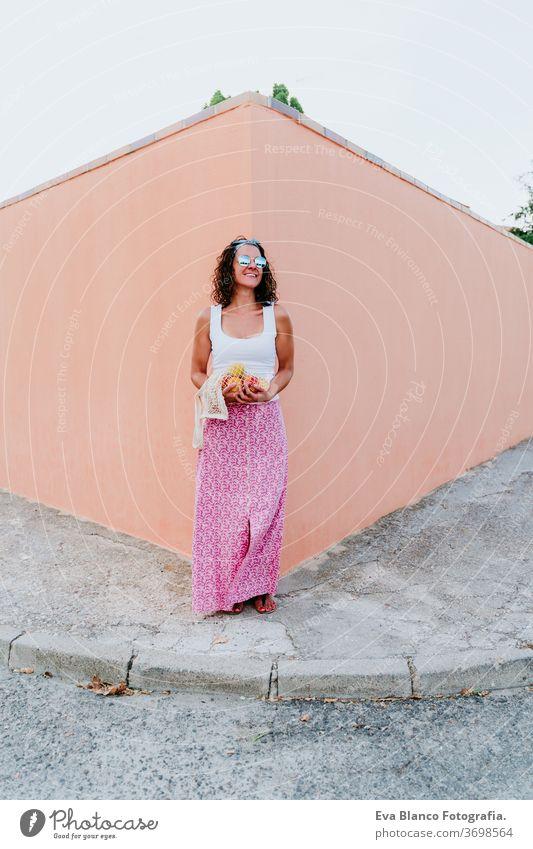 Frau hält Baumwollbeutel mit Obst. Umweltfreundlich, Null-Abfall-Konzept keine Verschwendung Kaukasier Beteiligung Baumwolltasche Großstadt urban Verbraucher