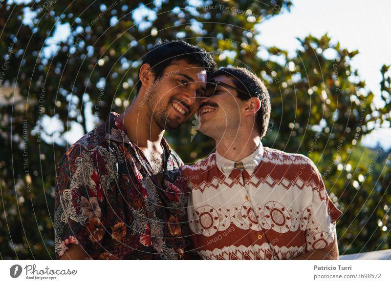 Ein glückliches Paar. Erwachsener Appartement Bonden Freund Kaukasier Wandel & Veränderung Datierung Freundschaft schwul Schwuler Mann Geschlecht Fröhlichkeit