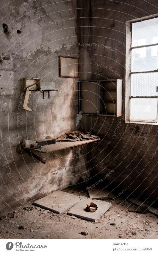 Vergänglichkeit alt Stadt Einsamkeit Haus dunkel Fenster dreckig Häusliches Leben leer verfallen Fabrik Verfall gruselig trashig Unbewohnt