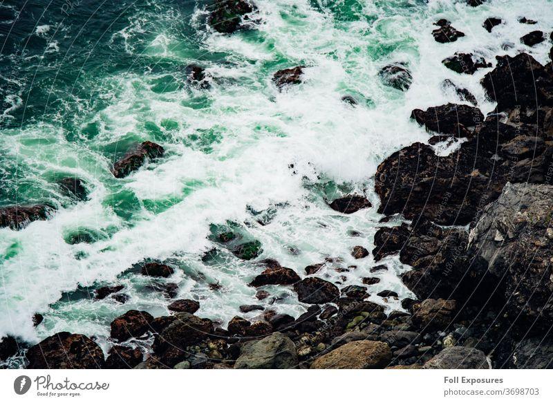 Grüne Seeschaumwellen brechen an der Meeresküste in Big Sur, Kalifornien Wellen Strand Außenaufnahme Pazifik Ferien & Urlaub & Reisen Farbfoto Küste