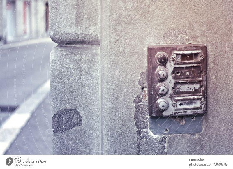 jemand zu Hause? Häusliches Leben Wohnung Renovieren Umzug (Wohnungswechsel) Stadt Bauwerk Mauer Wand alt Klingel 4 drücken besuchen Eingang Eingangstür