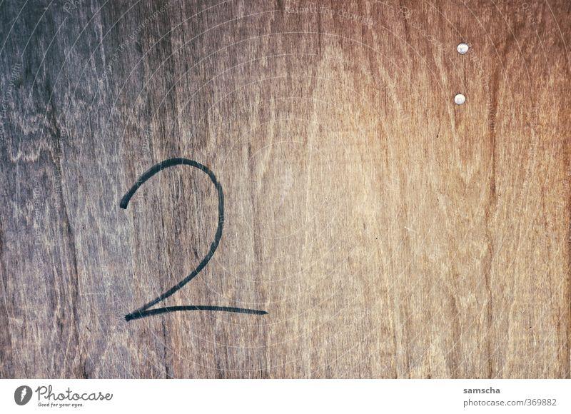 zwei Mauer Wand Fassade Holz Zeichen Schriftzeichen Ziffern & Zahlen Fortschritt 2 zweiteilig Zahlungsmittel schriftlich Holzbrett Holzplatte Holzwand Holztür