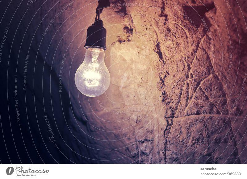 Licht ins Dunkel Ausflug Abenteuer Innenarchitektur leuchten dunkel hell Lampe Lampenlicht Glühbirne Lichtschein Lichtblick Beleuchtung Höhle Höhlenwohnung Wand