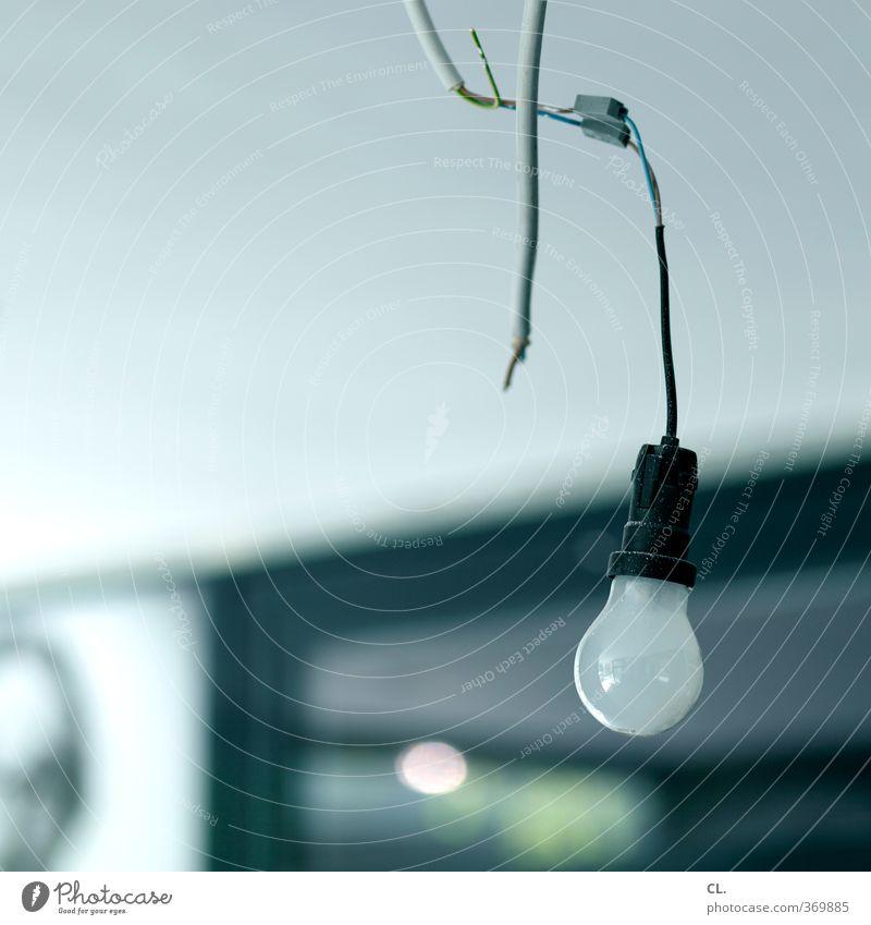 glühbirne alt Ferne kalt Beleuchtung Lampe Energiewirtschaft Häusliches Leben trist kaputt Elektrizität Kabel Baustelle neu Umzug (Wohnungswechsel) Verfall