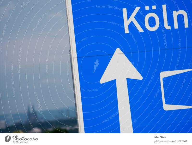 nach Köln immer geradeaus Autobahn Autobahnschild Richtung richtungsweisend Pfeil Schilder & Markierungen Hinweisschild Orientierung Wege & Pfade Navigation