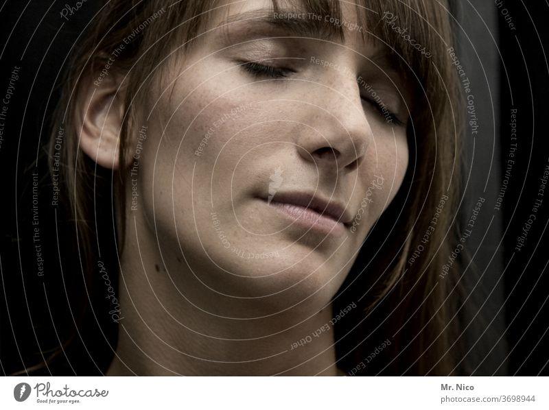 Junge Frau mit geschlossenen Augen Gesicht langhaarig schön Haut natürlich Gesichtsausdruck zart weich Gefühle verträumt attraktiv Porträt feminin nachdenklich