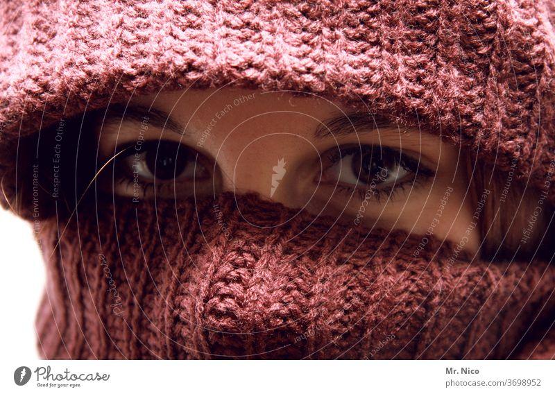 Wintermode Frau Auge Stoff Blick Starrer Blick vermummt bedecken Blick in die Kamera geheimnisvoll verstecken vermummen Mütze Schal Schutz Porträt Gesicht
