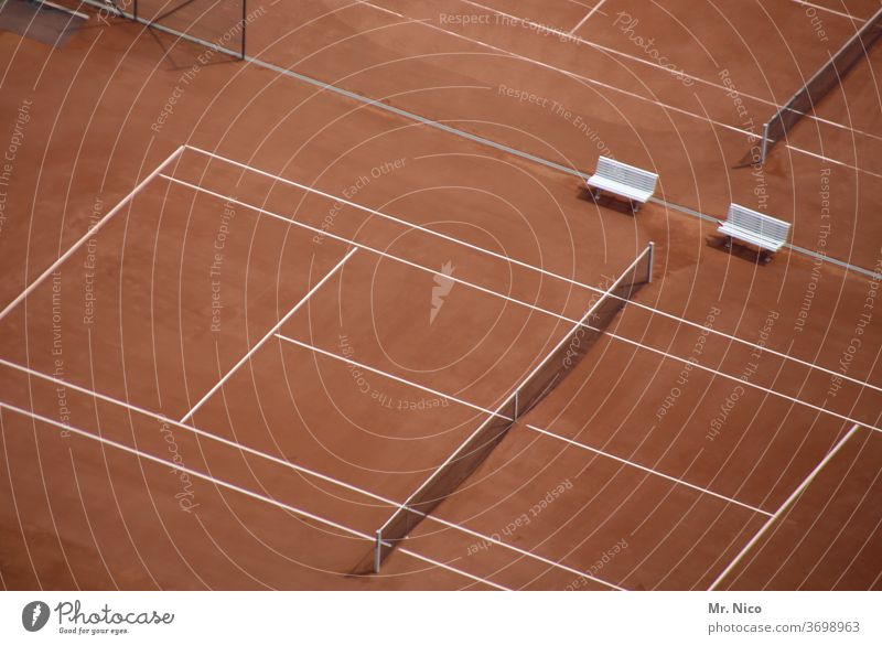 Tennisplätze aus der Vogelperspektive Tennisplatz Sport Freizeit & Hobby Sportstätten Tennisnetz Ballsport Sitzbank Spielfeld Tennisturnier Sandplatz Platz