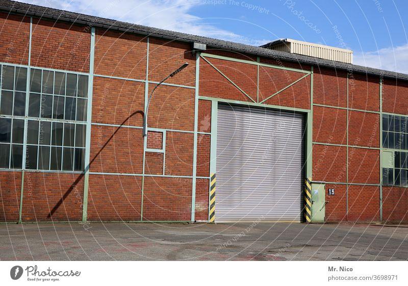 Fabrikhalle Industrie Halle Gebäude Lagerhalle Architektur Fassade Bauwerk Tor Rolltor Fenster Warenlager Warenannahme Warenausgabe Himmel