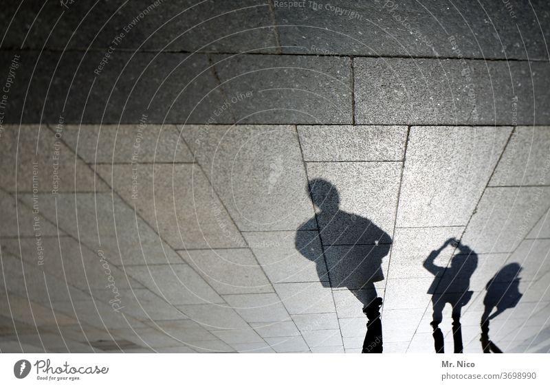 schattiges Plätzchen Schatten drei Licht Kontrast Wege & Pfade Sonne Sonnenuntergang 3 Platz Straßenbelag Gasse Zusammensein Boden schwarz Trio Silhouette