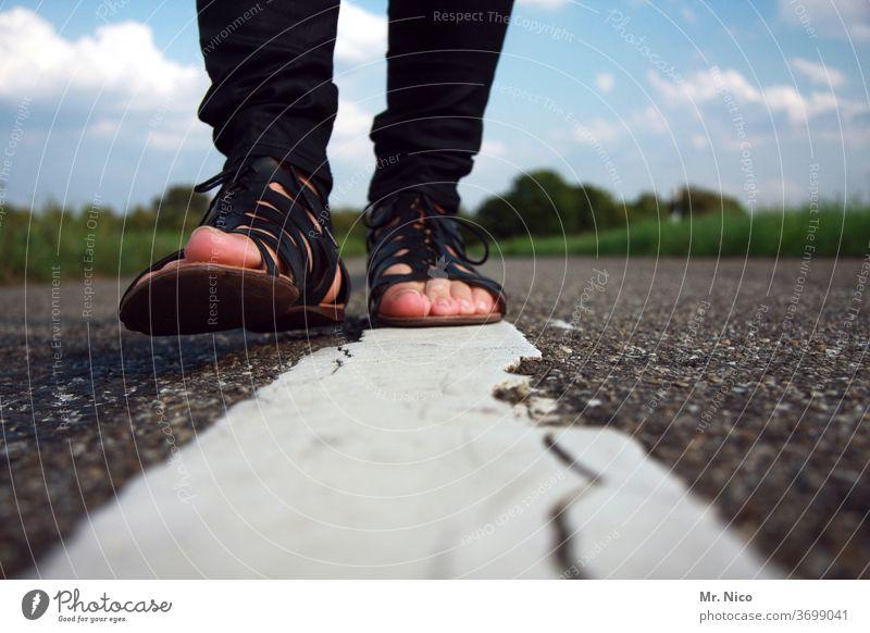 auf leisen Sohlen Spaziergang spazieren Straße gehen Wege & Pfade laufen Fußgänger Beine Schuhe Sandalen Mode Bewegung Asphalt Fahrbahnmarkierung Mittelstreifen