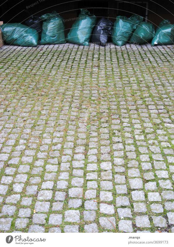 Müllsäcke Hausmüll Müllsack Abfall Ordnung Müllentsorgung Umweltschutz wegwerfen Müllabfuhr Müllverwertung entsorgen Umweltverschmutzung Kopfsteinpflaster