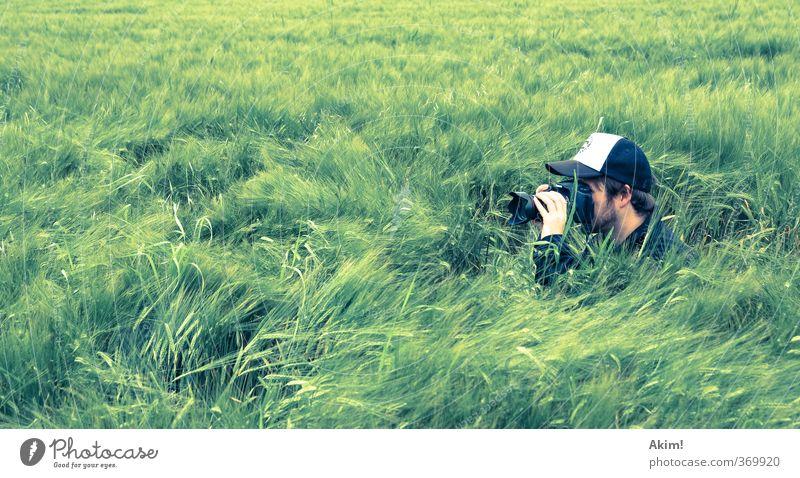 Fotosafari Freude Freizeit & Hobby Fotografieren Fotokamera Unterhaltungselektronik maskulin Junger Mann Jugendliche Leben 1 Mensch Natur Gras Sträucher Wiese