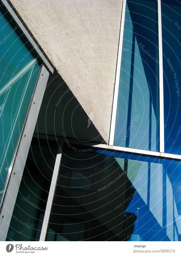 Fassade Fenster Glas modern Reflexion & Spiegelung Linie Metall Beton blau Perspektive Irritation anders Architektur Bauwerk Licht Schatten Kontrast
