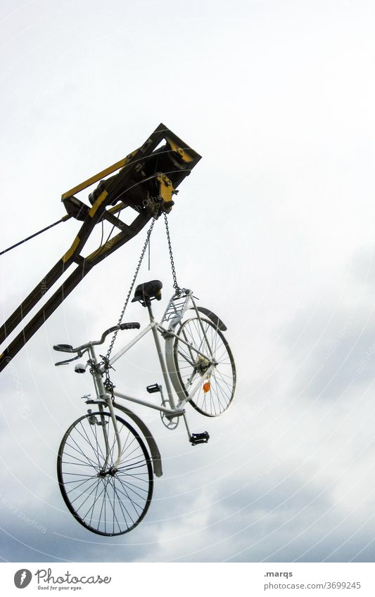 Gegengewicht | Rad an Kran Fahrrad hängen Himmel Wolken Baustelle Baukran hoch