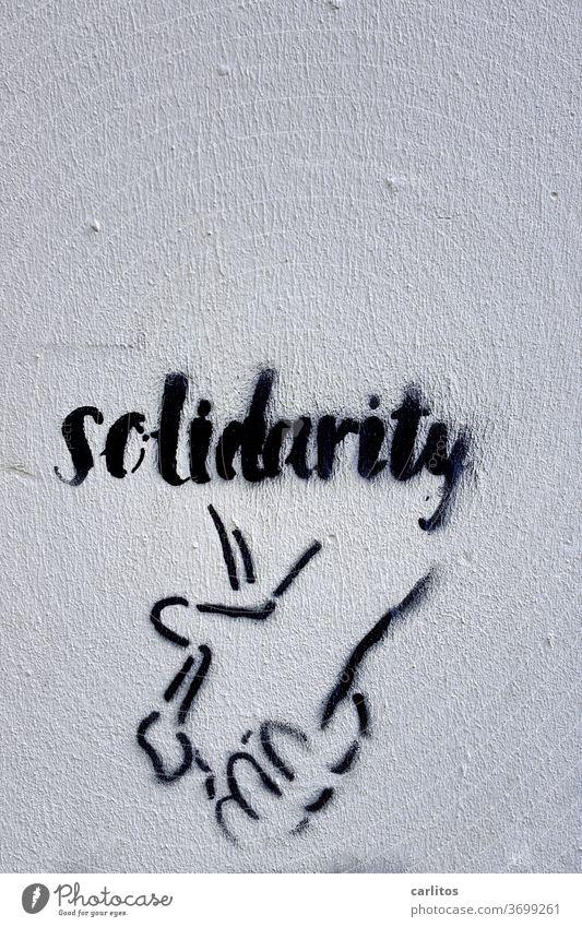 Hand in Hand I Graffiti Solidarität Botschaft Wand schwarz Schriftzeichen Buchstaben Typographie Text Textfreiraum oben Schilder & Markierungen Mitteilung