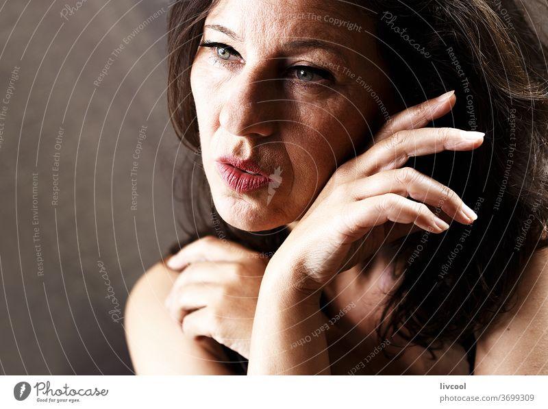 schönheit reife frau II , spanien - europa Porträt Schönheit attraktiv Reife Frau Menschen romantisch romantische Haltung Hand braun eine Person Erwachsensein